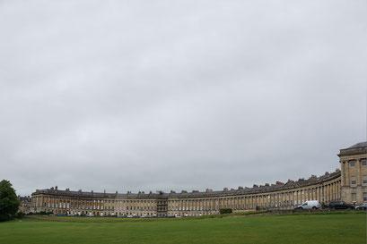 Bath - the Royal Crescent ... der riesige, alte Gebäudekomplex beinhaltet ein Hotel, ein Spital, Wohnungen und Büros