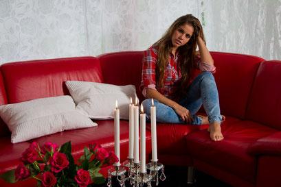 Bequem auf der roten Couch ...