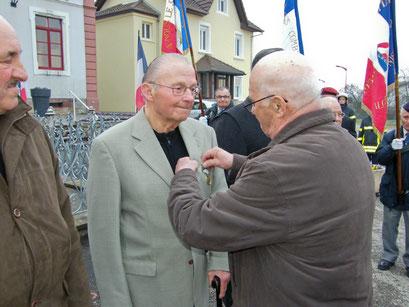 Le titre de reconnaissance de la nation a été remis à Jean Schmitt par Jean-Claude Ménétré, président du comité de Montreux-Château.