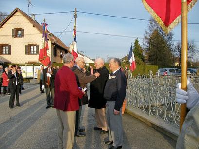 Le titre de reconnaissance de la nation a été remis à Pierre Lupfer par Jean-Claude Ménétré, président du comité de Montreux-Château.