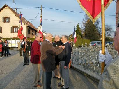 Le titre de reconnaissance de la nation a été remis à Pierre Vallon par Jean-Claude Ménétré, président du comité de Montreux-Château.