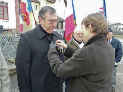 La médaille commémorative AFN a été remise à Serge Bolhinger par Anne-Marie Forcinal, 1ère vice-présidente du Conseil général.
