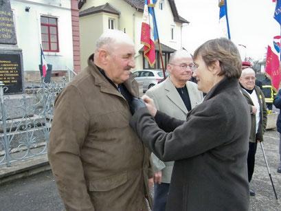 La croix du combattant a été remise à Roland Bigeard par Anne-Marie Forcinal, 1ère vice-présidente du Conseil général.