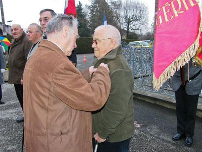 La médaille militaire a été remise à Gérard Mougin par Daniel Dubois, médaillé militaire et secrétaire du comité de Montreux-Château.