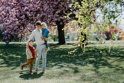 Kirschbaumblüte in Berlin, Familienfotoshooting Berlin, Babybauch Shooting Berlin, Familienfotograf in Berlin, Kinderfotografin Berlin, Lena Feelings, Lena Tschuikow, Sakura in Berlin, Gärten der Welt
