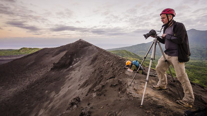 Fotografieren am Kraterrand des Vulkans Yasur  - Insel Tanna - Vanuatu/taking photos on the crater rim of the volcano Yasur - Tanna Island - Vanuatu © martinsieringphotography