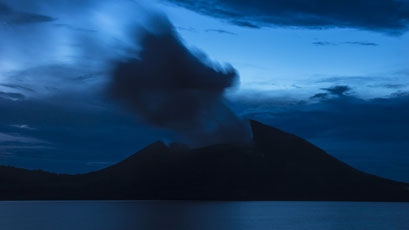 Vulkan Tavurvur auf Papua Neuguinea zur blauen Stunde/Volcano Tavurvur on Papua New Guinea at the blue hour © martinsieringphotography