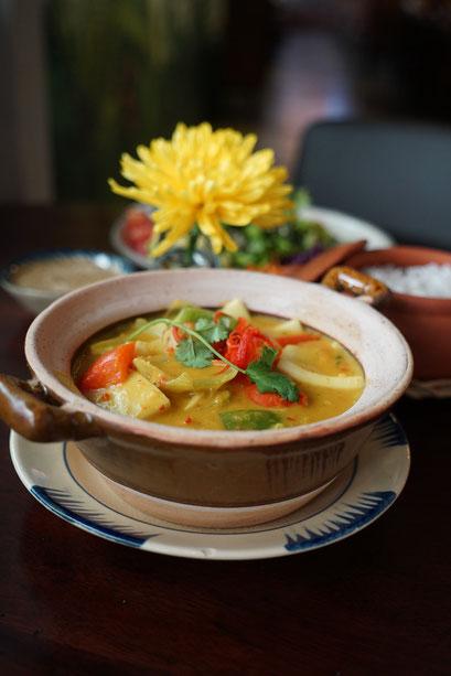 Asiatische Curry-Gemüse-Kräuter-Suppe