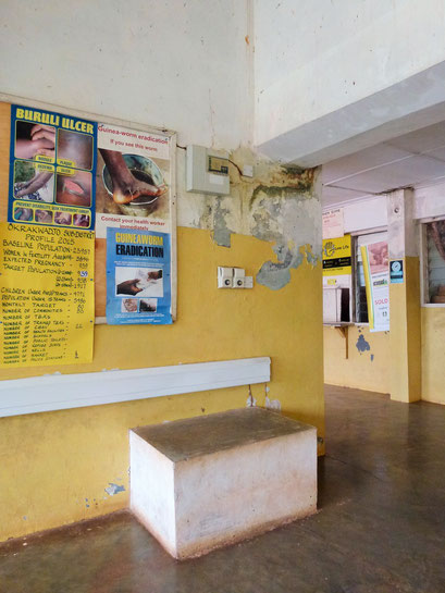 Wand mit Plakaten und Statistiken