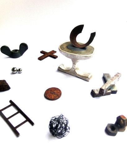 Skulpturenträger Lost and Found: Zwischenfingerring / einbetonierter Magnetit, Silber, Fundstücke Miniskulpturen