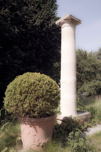 Colonne et buis taillé, Jardin de l'Île verte, Châtenay Malabry, (92 Hauts-de-Seine)