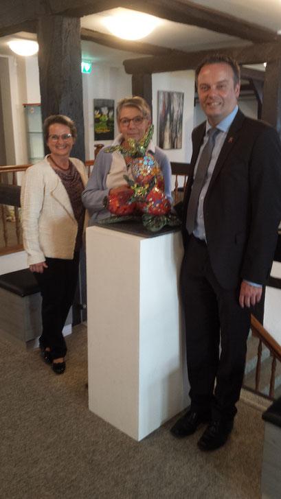 Herr OB Griese informiert sich über das Bürgerhus; links von ihm Frau Esser-Link und Renate Seehafer