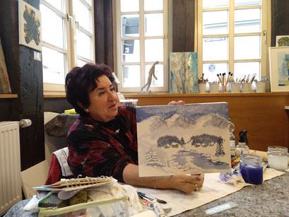 Die Künstlerin Edith Kranz während ihres Workshops