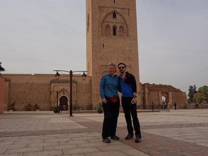 Im Hintergrund die größte Moschee von Marrakesch.