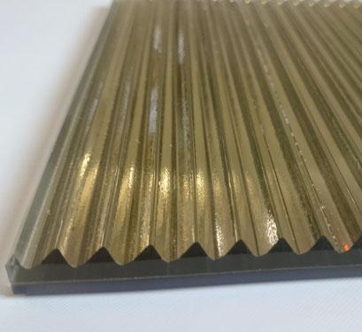 Glas mit Rillen als VSG in vielen Farben erhältlich, auch in Gold, Kupfer und Silber.