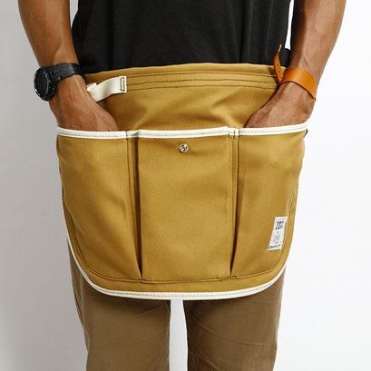 左右には手も突っ込めつ大きめのポケット。真ん中は小物を入れるのにちょうど良い大きさです。