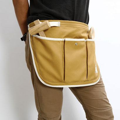 上部のフラップ部分を内側に織り込んで腰に巻くとスッキリとして動きやすくなります。