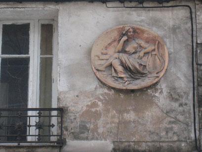 Médaillon en façade, rue Colonel Gillon à Montrouge - 08/03/2014