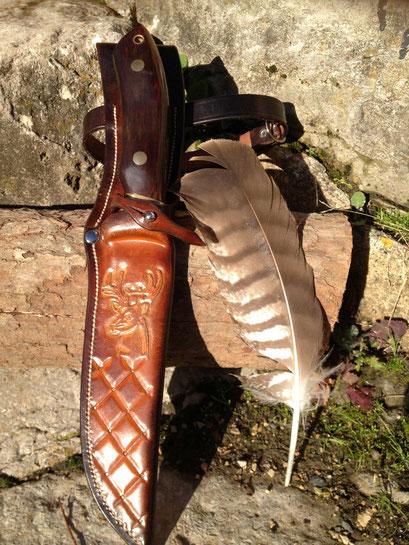 étuis couteau de chasse , cuir de sellerie , tooling tete de cerf , cousu main , réalisation sur mesure