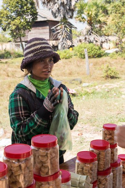 Mädchen verkauft Palmzucker und friert bei 30 Grad im Schatten...