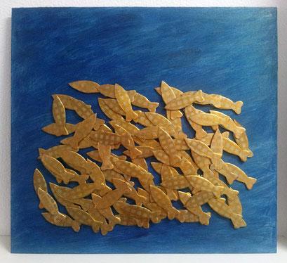 <b> Fischgold </b>  <br> Maße: 61 cm x 57 cm <br> Manche Dinge sehen wir nur, wenn wir das Meer überqueren und nehmen sie nicht zur Kenntnis, wenn wir sie stets vor Augen haben. <br> Aus Plinius, Epistulare <br> <b>  Preis: 150 Euro </b>