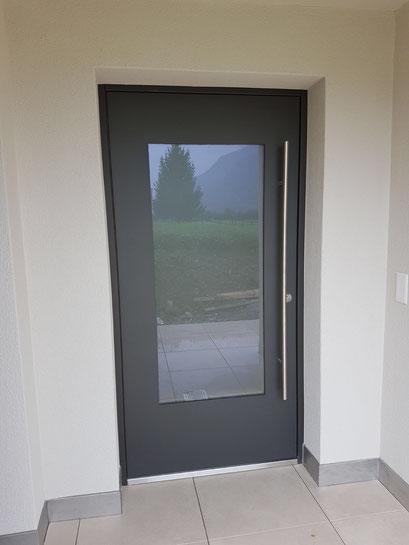 Bernhof-Haustüre mit viel Lichtdurchlass - Grau