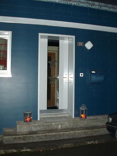 Bernhof-Holz-Metall-Türe mit grossem Glasauschnitt