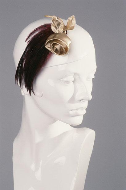 Anja Kaninck / headpiece · Fascinator / Federschmuck · Federkopfschmuck / Abendgarderobe · Cocktailparty · Wiener Ball · Opernball · Theateroutfit / goldene Seide · Rose Garnitur