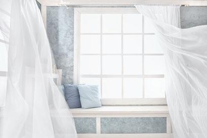 mueden.de, Gardinenservice, Bild von weißen Stores in lichtdurchflutetem Raum