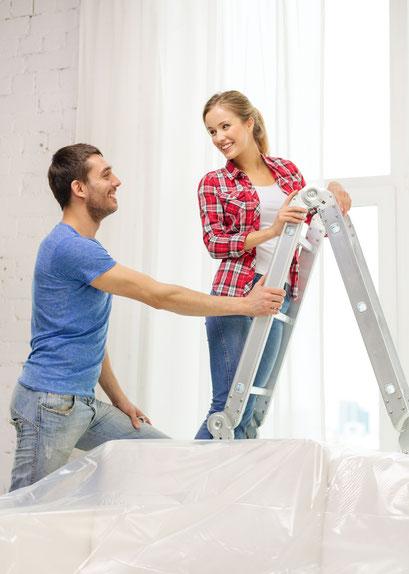 mueden.de, Gardinenservice, Bild junges Paar auf einer Leiter beim Aufhängen
