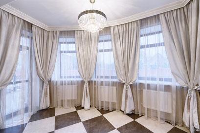 mueden.de, Gardinenservice, Bild großer Raum mit grauen Übergardinen