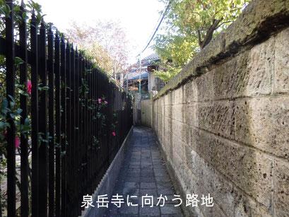 泉岳寺に向かう路地