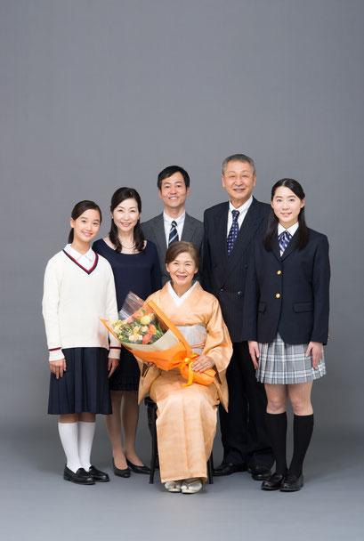 シニア写真夫婦金婚式家族集合写真