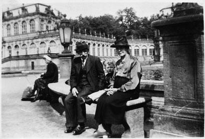 """Alfred Knie & Anna Clara Andritzky mit Rudi in Dresden vor dem """" Zwinger """""""