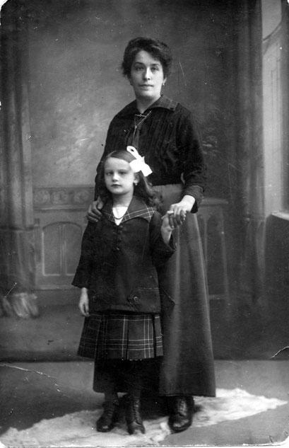 Erna Felgentreu mit Pflegemutter Matzke