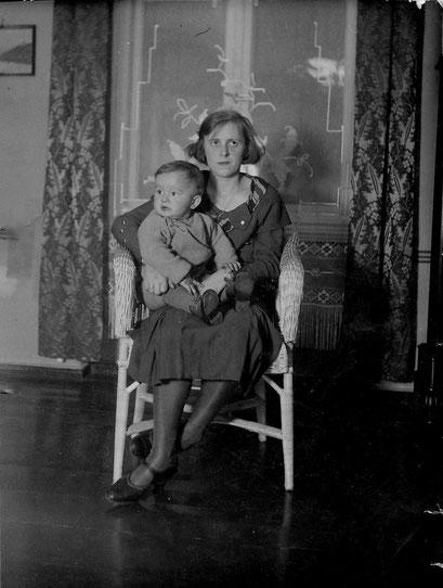 Dietmar nit Mutter Gertrud Katterwe/Knie in Breslau Matthiasstr.