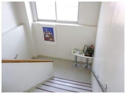 階段の途中には、ヒロ・ヤマガタ の絵が飾られています。