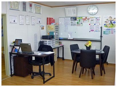 教室全体が見渡せる位置に塾長の机も完備。