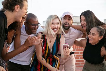 Freunde bei einer Firmenfeier