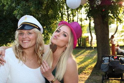 2 Freundinnen auf einer Hochzeit in Recklinghausen