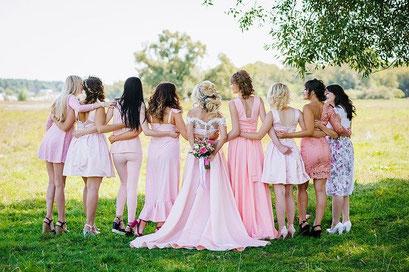 Braut mit Ihren Brautjungfern vor unserer Fotobox