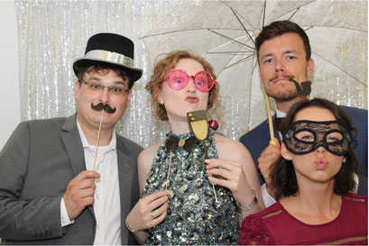 Gruppenfoto mit Verkleidungen auf einer Hochzeit