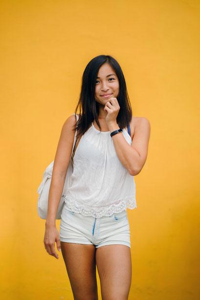 Frau vor gelbem Hintergrund vor einer Fotobox auf einer Firmenfeier