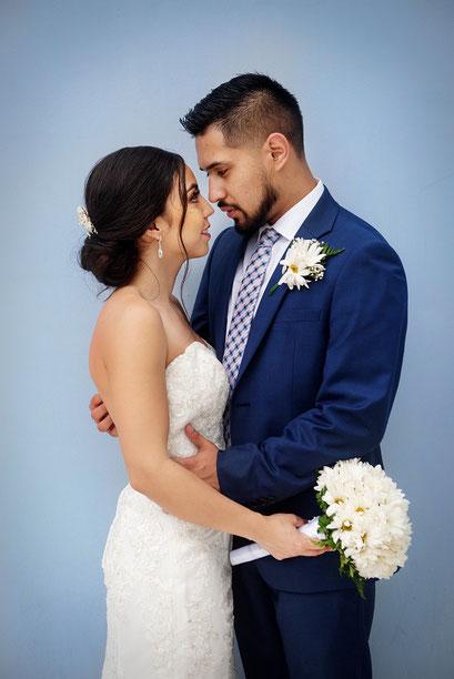 Hochzeitspaar vor blau-grauem Hintergrund