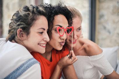 3 Freundinnen auf einer Firmenfeier mit Props