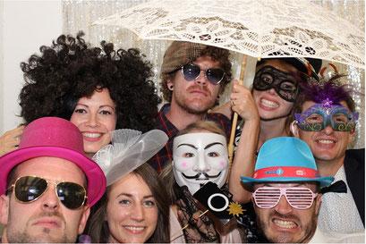 Gruppenfoto mit lustigen Verkleidungen