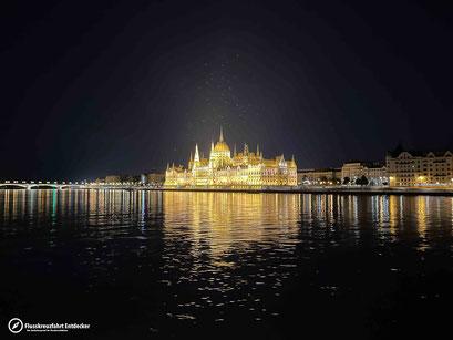 Das beleuchtete ungarische Parlament
