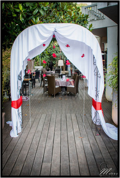 arche mariage pampilles roses rouges