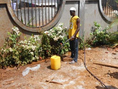 Wasserbohrung, erster Kanister Wasser für die Nachbarn