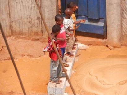 Kinder verfolgen die Bohrarbeiten